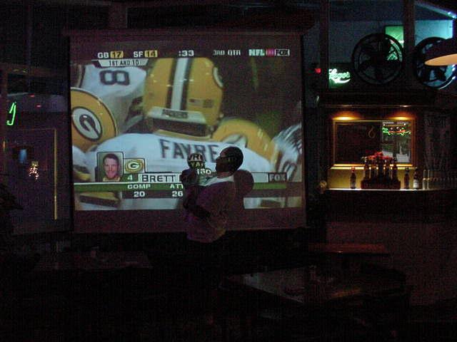 Cancún 2002, Restaurante Outback. Durante la transmisión del partido que aparece en la pantalla.